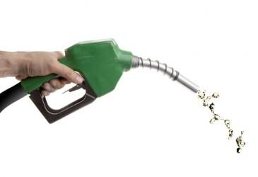 Il prezzo della benzina scende ai minimi da tre anni