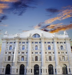 Borsa Milano chiude in rialzo, toniche UniCredit e Intesa