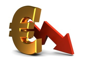 Euro sempre più debole, minimi da aprile 2003