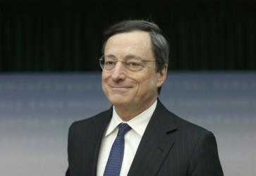 Draghi: I rischi al ribasso sono aumentati. BCE taglia stime Pil e inflazione