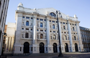 Borsa Milano chiude in leggero rialzo, brilla Snam, male Luxottica