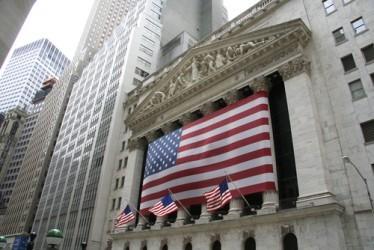 Wall Street sale leggermente a metà seduta, brilla Intel