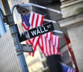 Wall Street vola, gli investitori scommettono su nuovi stimoli