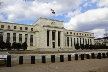 La Fed lascia i tassi invariati, vede rischi per l'economia USA
