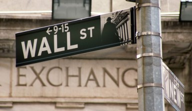 Wall Street chiude debole, petrolio ai minimi da un mese
