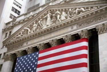 Wall Street apre in moderato rialzo, ancora bene Apple