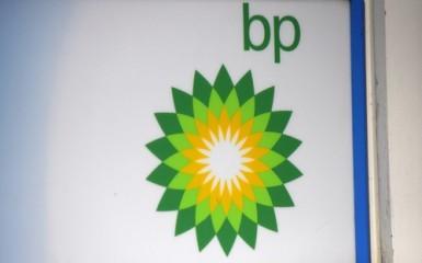 BP annuncia risultati sopra attese, taglia stime su spese