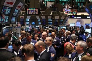 Wall Street apre poco mossa e mista, ancora acquisti sulle banche
