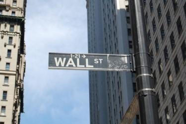 Wall Street apre poco mossa, sale ancora il dollaro