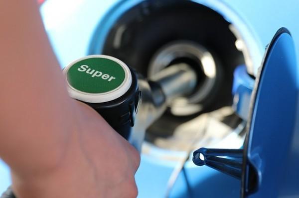 Benzina: Dopo l'effetto petrolio, arrivano i rincari per le vacanze