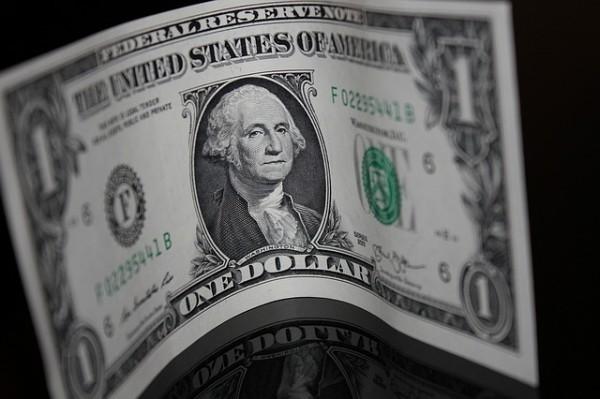 La quotazione del dollaro ritraccia su prese di beneficio, euro in lieve ripresa