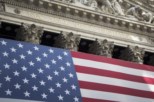 Wall Street sale, nuovo record per il Dow Jones, bene Apple