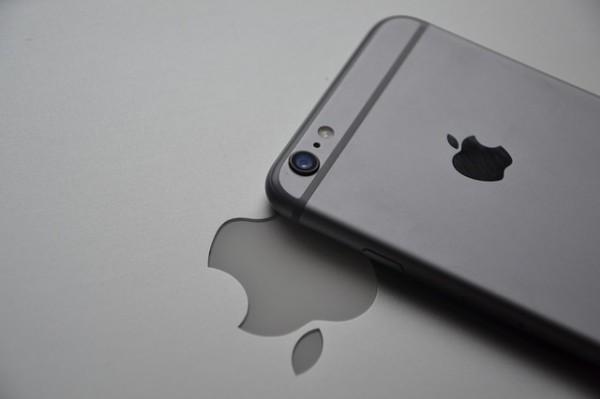 Apple, Barclays taglia il rating, investitori troppo ottimisti su iPhone 8