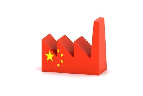 Cina, la produzione industriale rallenta, ma accelera il consumo