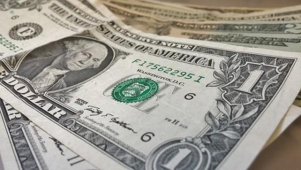 Dollaro sotto pressione, pesano timori per protezionismo Trump
