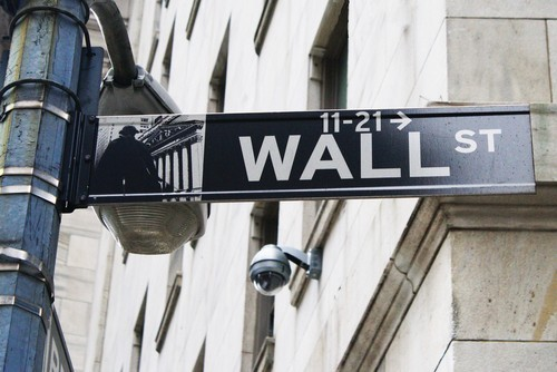 Wall Street apre piatta, cautela prima di Trump