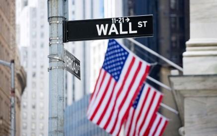 Wall Street parte poco mossa, dollaro in calo
