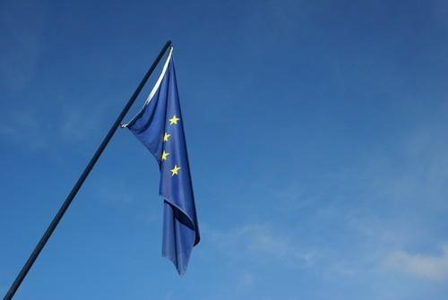 Borse europee verso avvio quasi piatto: a Milano occhio a due titoli bancari