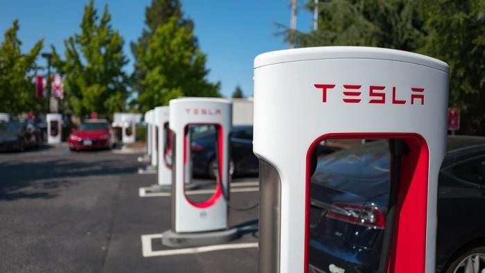Azioni Tesla e ipotesi delisting: provocazione o realtà? Analisi e previsioni dopo il +11% di ieri
