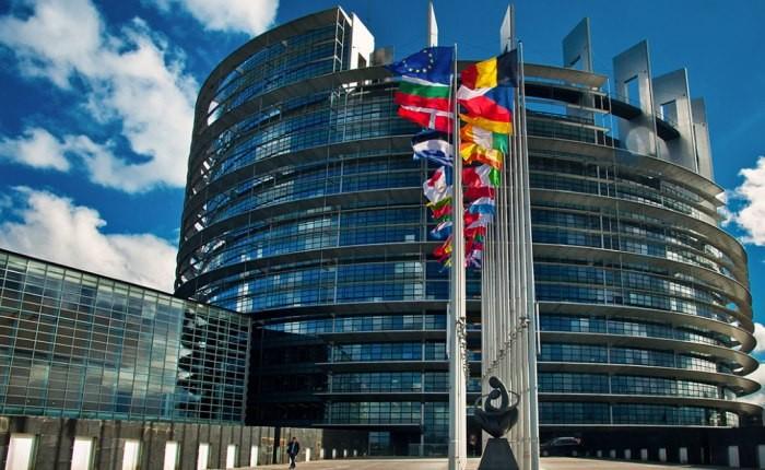 Battaglia M5S dai banchi dell'Europa per il reddito di cittadinanza