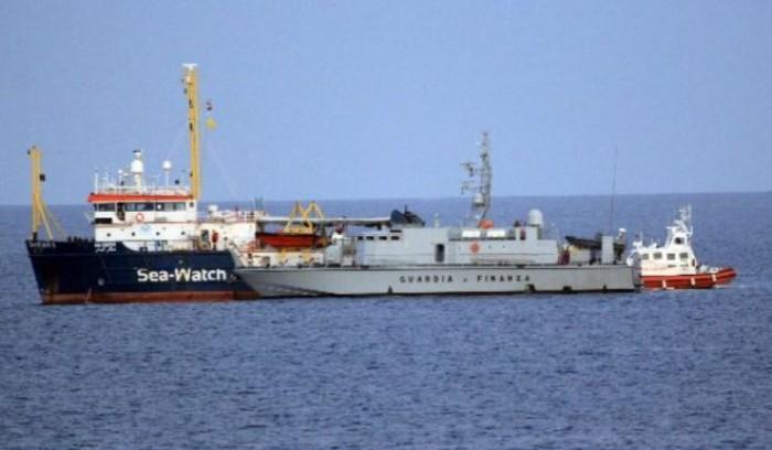Sea Watch pronta a forzare il blocco. La capitana vuole farli sbarcare in Italia