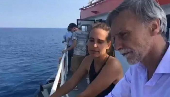 Sea Watch si allontana dal porto di Lampedusa. La capitana Carola Rackete indagata