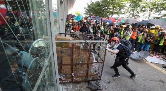 Hong Kong, manifestanti provano a fare irruzione in Parlamento, duri scontri con la Polizia