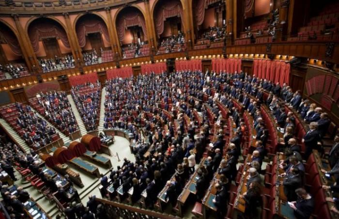Il decreto sicurezza bis passa alla Camera. Fico lascia l'Aula, 17 grillini non votano