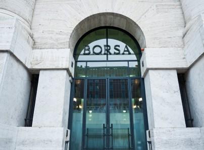 Borsa Milano in lieve rialzo attende sviluppi politica, Mediaset recupera