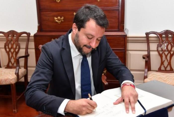Governo, Salvini tira ancora la corda: ora via 3 ministri 5 Stelle