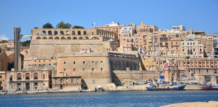 Immigrazione, Malta respinge nave Guardia Costiera italiana con 90 migranti a bordo