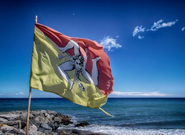 Regione Sicilia: conti in rosso con buco da 7 miliardi ma commissiona divise di lusso per i dipendenti