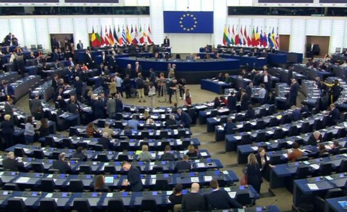 Il Parlamento Ue vota la Commissione Von der Layen, che fa meglio di Junker raccogliendo 461 sì