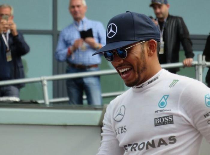 Quanto guadagna Lewis Hamilton? Ecco lo stipendio da favola del pilota di Formula 1
