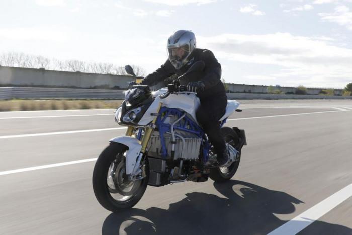 BMW ricaricherà le moto elettriche grazie al cavalletto laterale. Innovazione pura