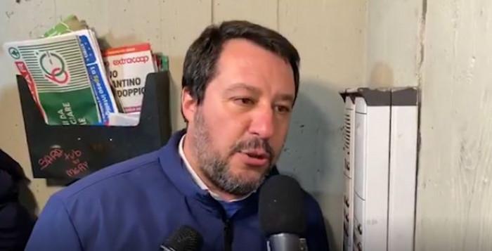 Il blitz di Salvini a Bologna, citofona e chiede: