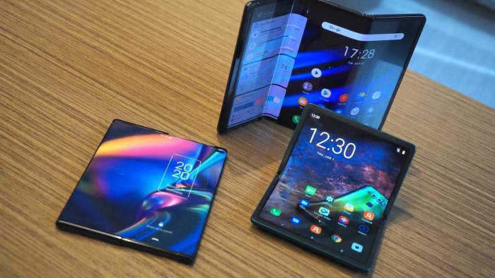 TCL stupisce tutti: i suoi smartphone si srotolano e si piegano in tre