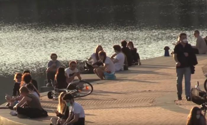 Le immagini dei Navigli affollati mettono a rischio l'allentamento delle misure restrittive a Milano