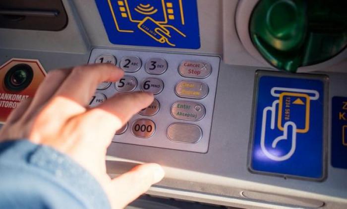 Arriva la tassa sul bancomat? Nel piano di Colao un'accanita lotta all'uso dei contanti