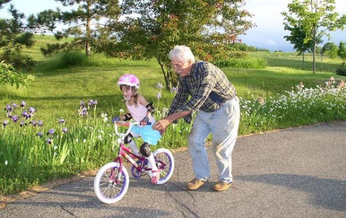Bonus baby sitter anche per i nonni a patto che non siano conviventi. A chi spetta e come richiederlo