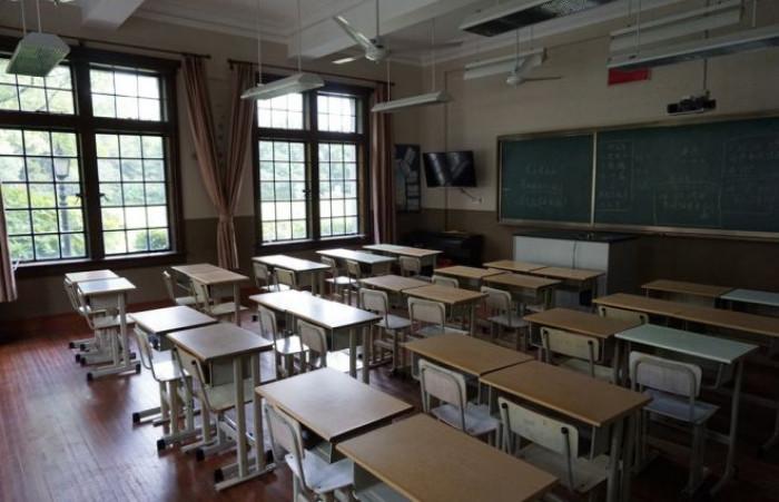 Riapre la scuola a settembre in presenza con classi divise doppi turni e lezioni online per le superiori