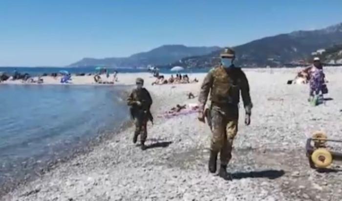 Militari in spiaggia con mitra, uniforme e mascherina per controllare le distanze? No, è un'altra bufala