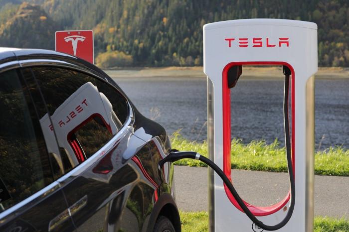 Azioni Tesla non entrano nell'S&P 500: titolo a picco nell'afterhours