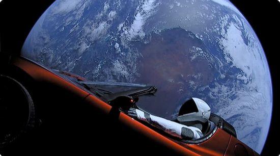 La Tesla nello spazio, il suo viaggio col Falcon Heavy porta l'auto di Elon Musk vicino a Marte