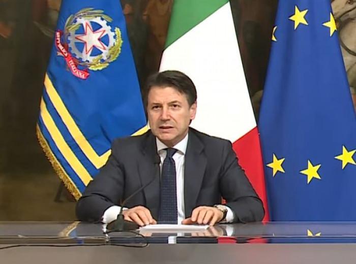 Rinviato il Dpcm, ma l'obbligo di mascherina anche all'aperto in tutta Italia sarà da subito
