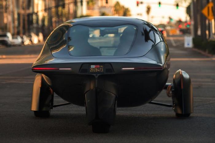 L'auto elettrica che si ricarica con i pannelli solari è realtà