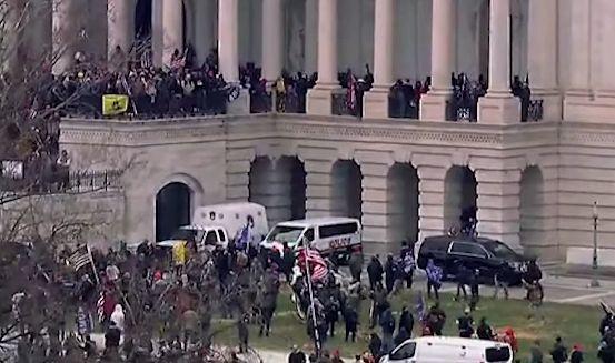Scontri a Capitol Hill, la folla entra nel Campidoglio. Dopo lo sgombero il Congresso certifica la vittoria di Biden