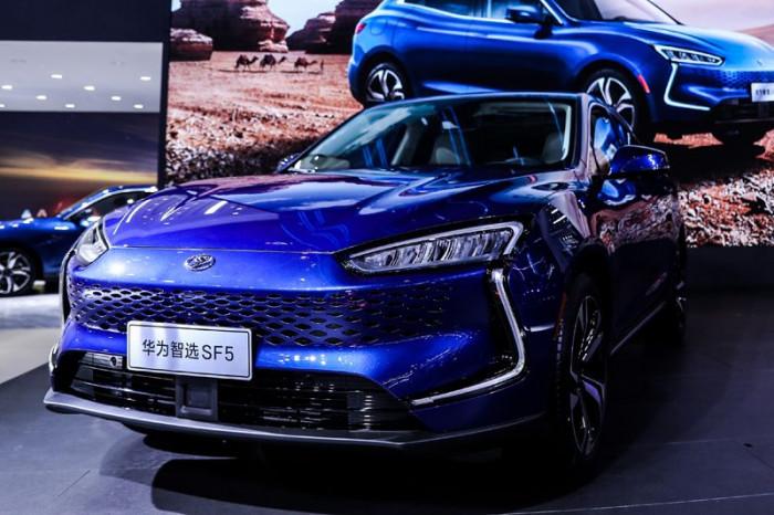 Huawei presenta la sua prima auto elettrica. Già in vendita in Cina