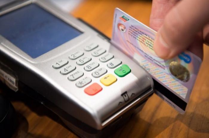 Che differenza c'è tra carta di debito e carta di credito? Ecco come riconoscere l'una dall'altra