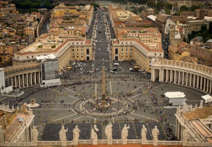 Dipendenti del Vaticano in protesta per il taglio degli stipendi voluto dal Papa per far fronte al deficit
